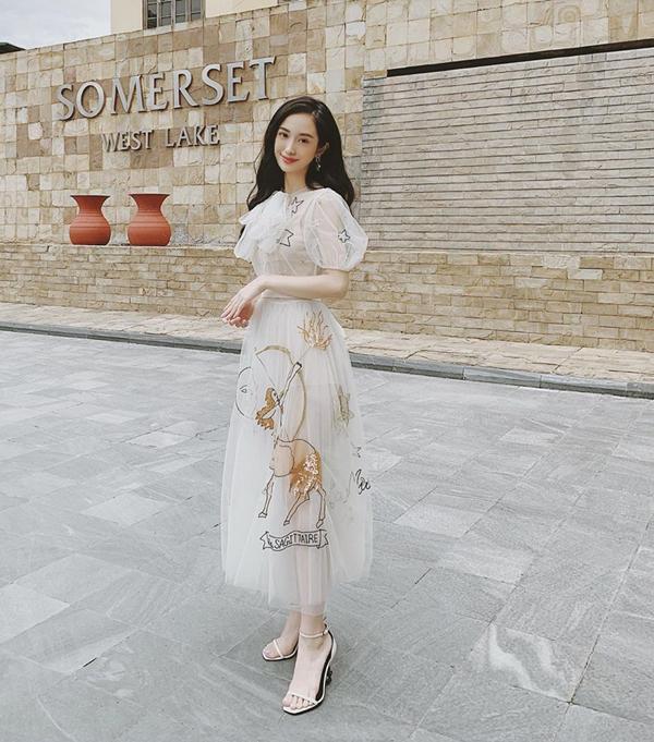 Jun Vũ khoe vẻ đẹp mong manh với thiết kế váy voan lưới xuyên thấu. Một trong những trào lưu thịnh hành ở làng mốt thế giới năm 2019. Trên nền chất liệu mỏng manh, các họa tiết sao trời, thiên thần, nhân mã được bố trí một cách khéo léo.
