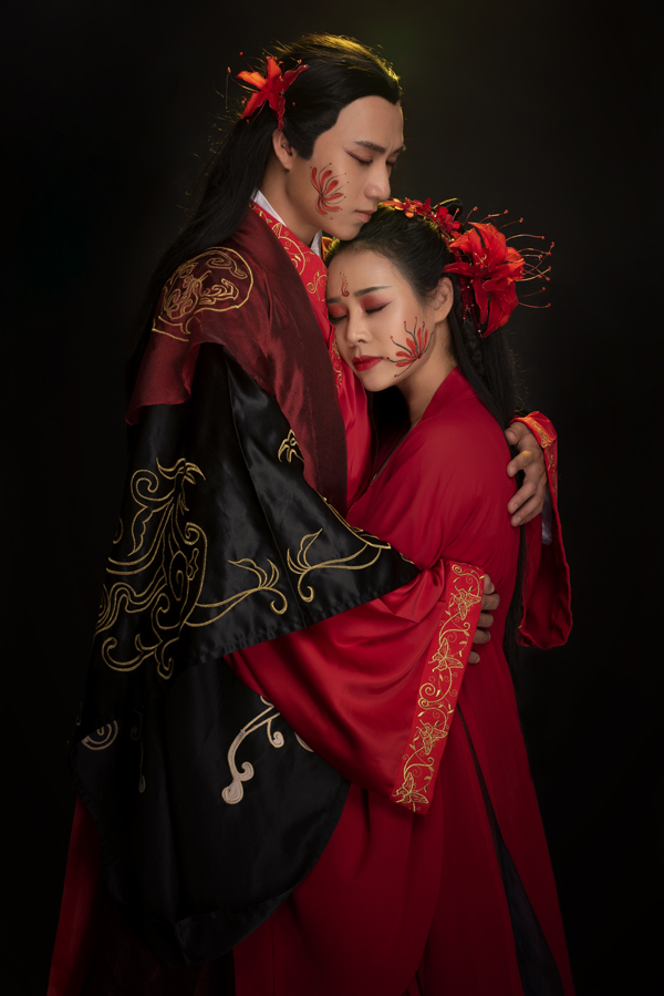 Lỡ được Hoa Trần thực hiện MV cùng Trung Kê, mỹ nam người Việt gốc Hoa kém cômột giáp. Trung Kê đang là model khá đắt show chụp hình thời trang.