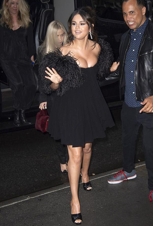 Selena Gomez rạng rỡ vẫy tay chào người hâm mộ bên đường khi cô bước vào Bảo tàng Nghệ thuật Hiện đại ở New York tối thứ 2. Nữ diễn viên tới quảng bá bộ phim mới nhất The Dead Dont Die trong buổi chiếu ra mắt báo giới.