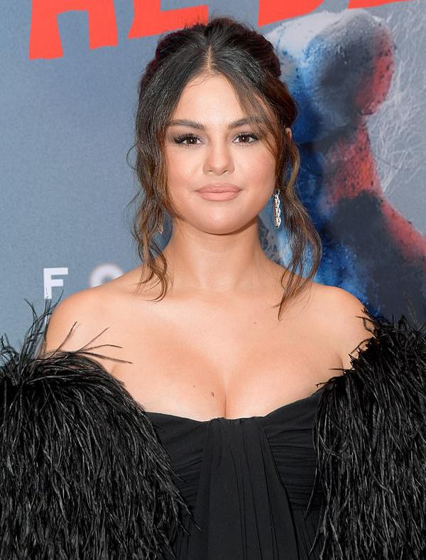 Thời gian qua, Selena dành nhiều thời gian chăm sóc bản thân hơn. Cô cũng chưa hẹn hò trở lại sau khi chia tay Justin Bieber vào đầu năm ngoái.