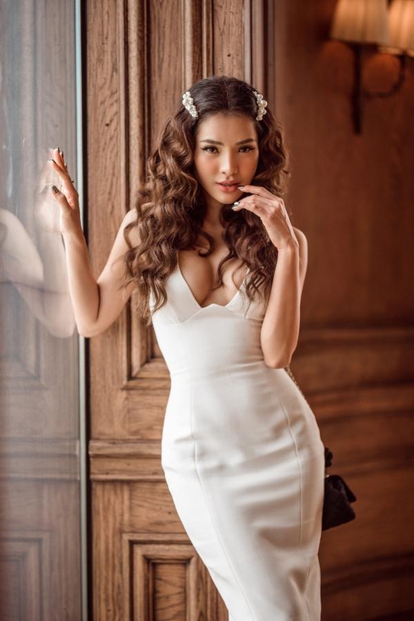 Phương Trinh Jolie o ép vòng một với chiếc váy ôm sát cơ thể. Người đẹp luôn theo phong cách gợi cảm nhờ chế độ ăn uống, tập luyện nghiêm ngặt.