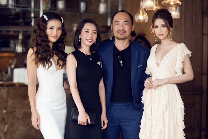 Vợ chồng Thu Trang - Tiến Luật (giữa) sánh đôi bên nhau.