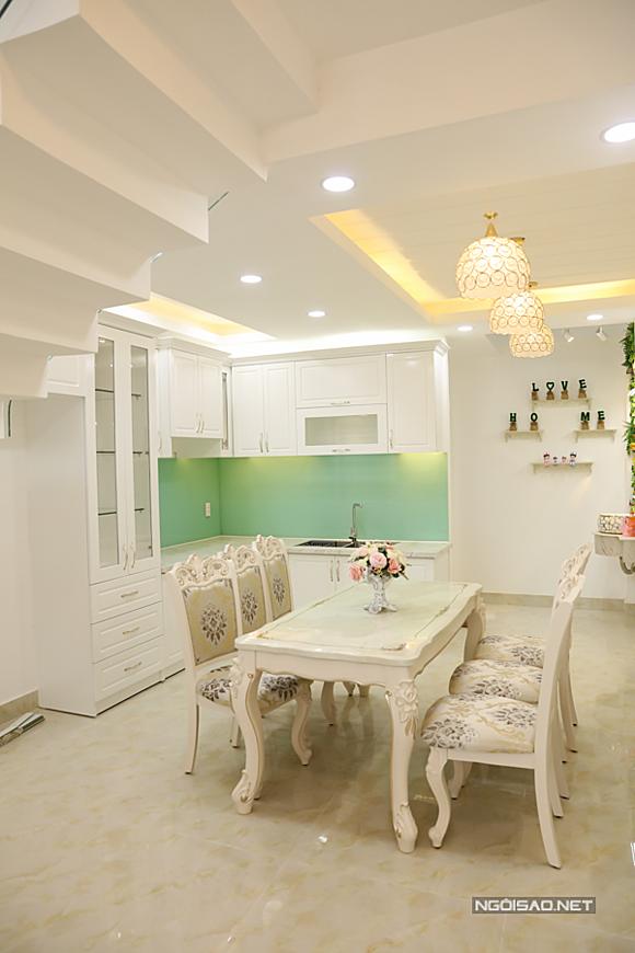 Khu vực bếp với bộ bàn ăn 6 ghế kiểu cổ điển, tủ bếp gam trắng hài hòa với tổng thể ngôi nhà.