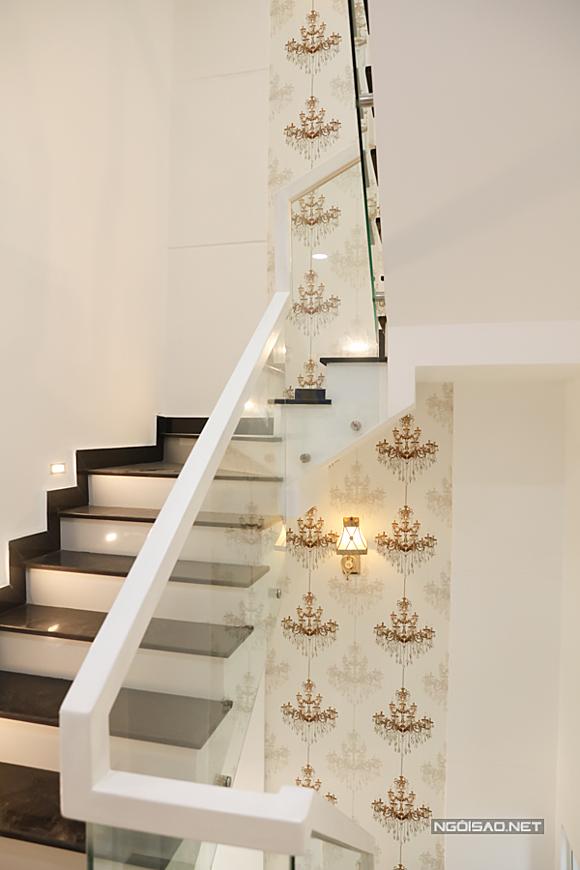 Cầu thang dẫn lên các tầng xây dựng đơn giản, chắc chắn với các bậc thang ngắn, tạo cảm giác an toàn khi lên xuống.