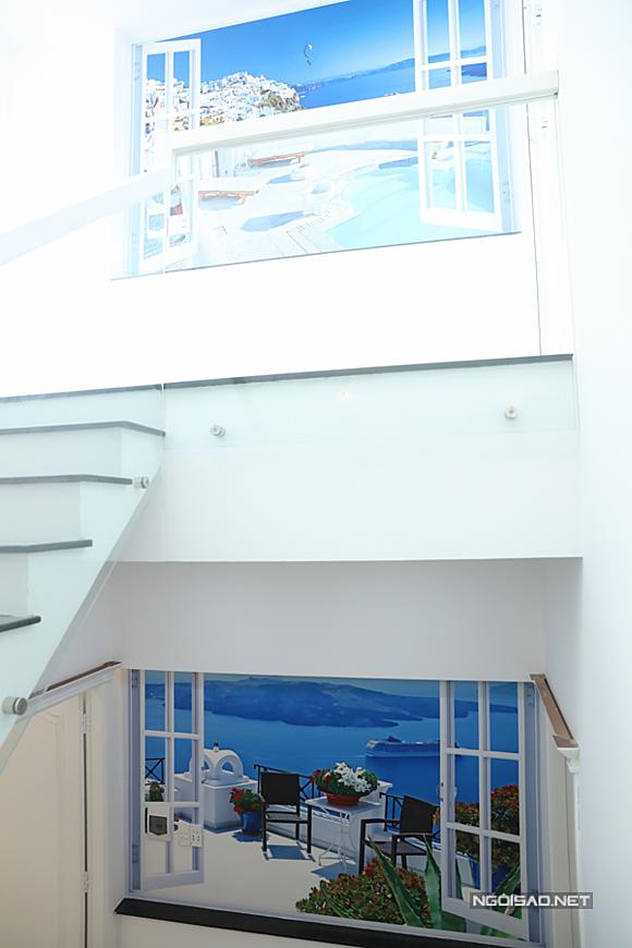 Ở khu vực chiếu nghỉ trên cầu thang Vũ Hoàng Việt cho gắn những bức tranh phong cảnh đất nướcHy Lạp xinh tươi, hiền hòa.