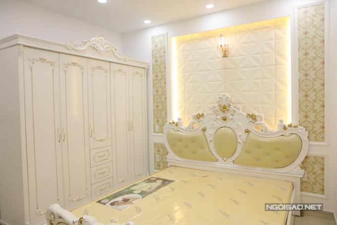 Giường ngủ, tủ quần áo mang phong cách cổ điển, được mạ vàng ở một số chi tiết. Căn nhà xây dựng từ tháng 7/2018 và mất gần một năm mới hoàn thành. Vũ Hoàng Việt dự định sẽ chuyển về đây sống trong ít ngày tới.