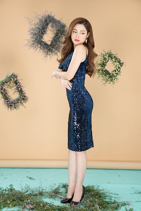 Nữ diễn viên khoe, vòng eo của mình chỉ 53 cm nhờ thường xuyên luyện tập kết hợp chế độ ăn uống lành mạnh.
