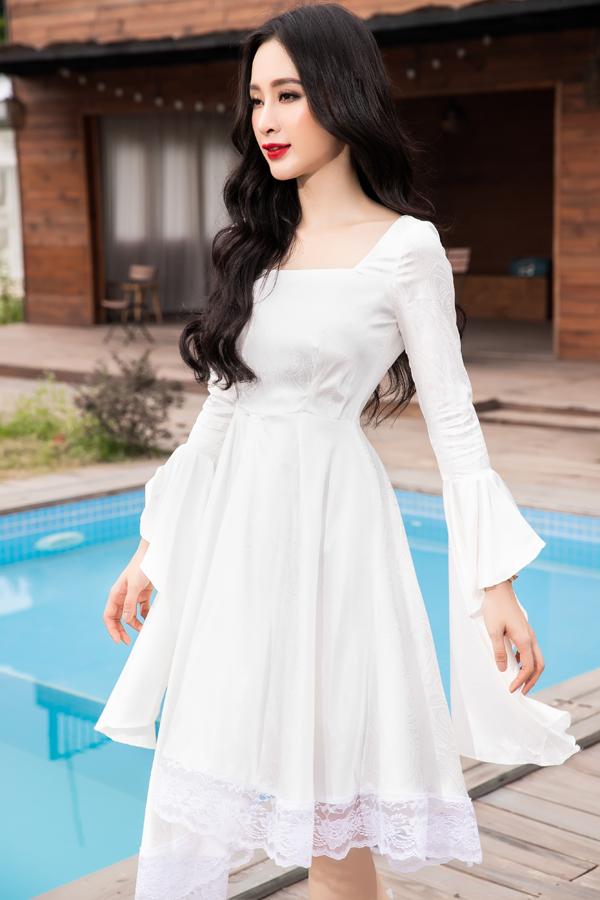 Thiết kế váy trắng nhẹ nhàng được tô điểm tay loe và phối hợp chất liệu ren để tăng nét điệu đà cho người mặc.
