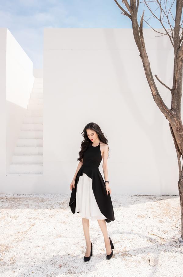 Gam màu trắng đen được phối hợp ăn ý từ cách sắp xếp bố cục trên thân váy cho đến việc sử dụng phụ kiện đồng hồ, giầy cao gót.