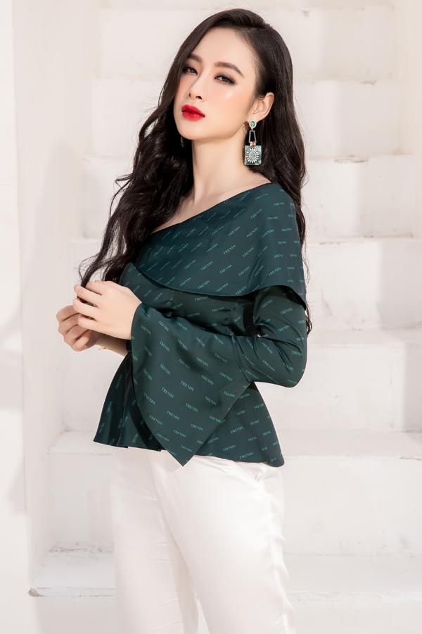 Đi đôi với các dáng váy liền thân mang tính ứng dụng cao, ở bộ sưu tập này Phương Trang còn lăng xê các kiểu áo lệch vai, áo tay loe kết hợp cùng quần suông, quần ống đứng thanh lịch.