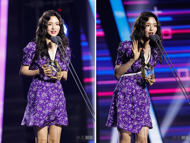 Dương Siêu Việt sau đó thay một chiếc váy hoa điệu đà khi lên nhận giải trên sân khấu sự kiện.