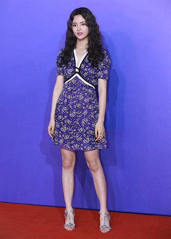 Sau khi giành vị trí số 1 trong bình chọn Mỹ nhân đẹp nhất Trung Quốc của tạp chí TC Candler châu Á, cái tên Dương Siêu Việt trở nên hot trong giới giải trí. Dương Siêu Việt được khen ngợi bởi nhan sắc, tuy nhiên nhiều người chê cô làm màu, giả tạo, không đủ đẹp...