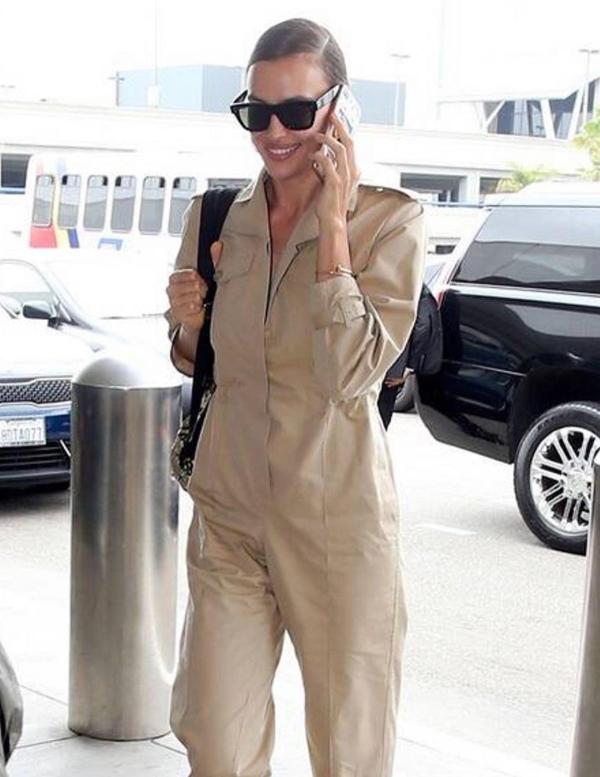 Cô xuất hiện vui vẻ ở sân bay LAX, Los Angeles để lên đường sang Iceland.
