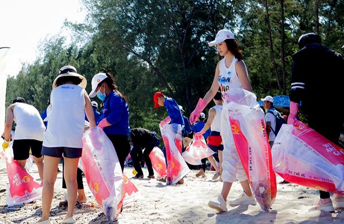 Hoa hậu 27 tuổi không ngại nắng nóng, cầm bao tải cùng người dân và các tình nguyện viên đi thu gom rác. Trông cô giản dị, năng động, khác hẳn vẻ điệu đà, sang chảnh khi dự các sự kiện của làng giải trí.