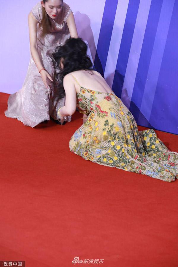 Đang bước đi trên thảm đỏ, nữ diễn viên - MC đột nhiên trượt ngã. Một đồng nghiệp ở gần đó vội vã đỡ cô.
