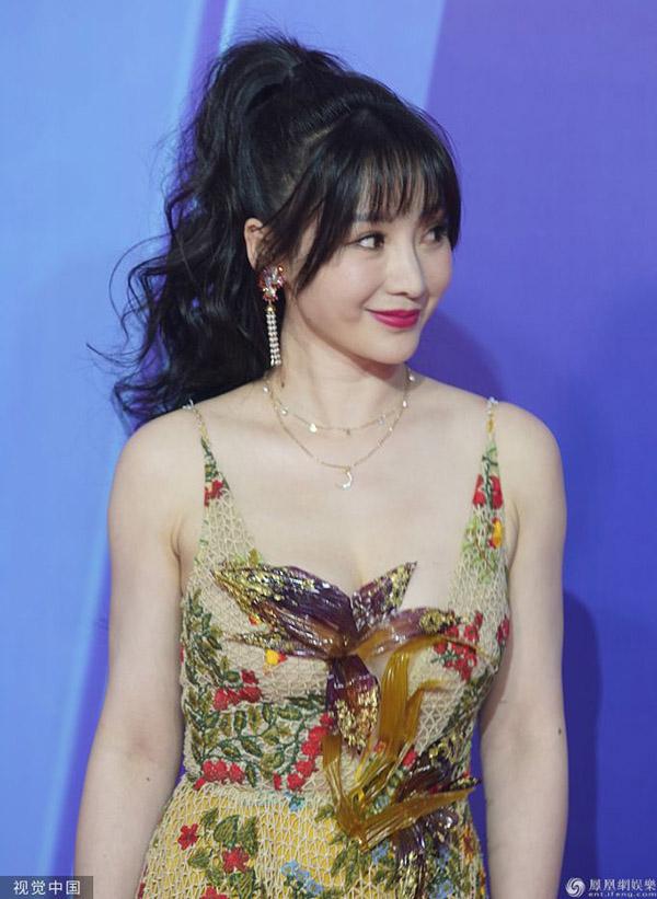 Liễu Nham sinh năm 1980, là một MC, diễn viên, ca sĩ của Trung Quốc. Cô được mệnh danh là người đẹp siêu vòng 1, gây chú ý với phong cách thời trang hở bạo. Cô từng đóng các phim Truy lùng quái yêu 2, Vũ động càn khôn, Cao thủ chia tay...