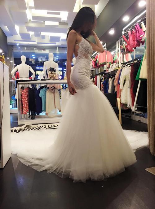 Thân trên của váy có khoảng hở lớn phía sau lưng, ôm trọn đường cong cơ thể. Phía bên dưới là tùng váy có độ xòe rộng, được xếp lớp từ vải tulle tạo sự nữ tính và trẻ trung.