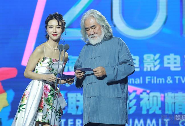 Tiết Khải Kỳ và đạo diễn Trương Kỷ Trung.
