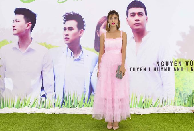 [Caption] MV mới có sự góp mặt của diễn viên Kim Tuyến,Ngọc Thuận ,Huỳnh Anh.Kim Tuyến Cô cảm rất hào hứng khi được làm việc với Nguyên Vũ.