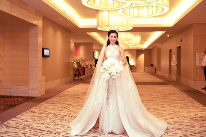 Sự khác biệt về cổ áo có thể tạo nên nhiều mẫu váy đa dạng. Đầm chữ A có cổ yếm mang đậm sự truyền thốnggiúp nàng dâu khoe nét đẹp nơi bờ vai thon nhỏ.