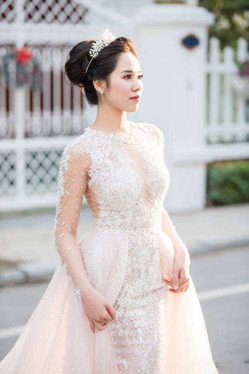Cô dâu hiện đại có thể mở rộng sự lựa chọn về đầm cưới không chỉ về kiểu dáng mà còn là màu sắc. Hồng pastel cũng được nhiều cô dâu tương lai ưa chuộng vì sự nữ tính, giúp nàng tỏa sáng trong mọi khung hình.