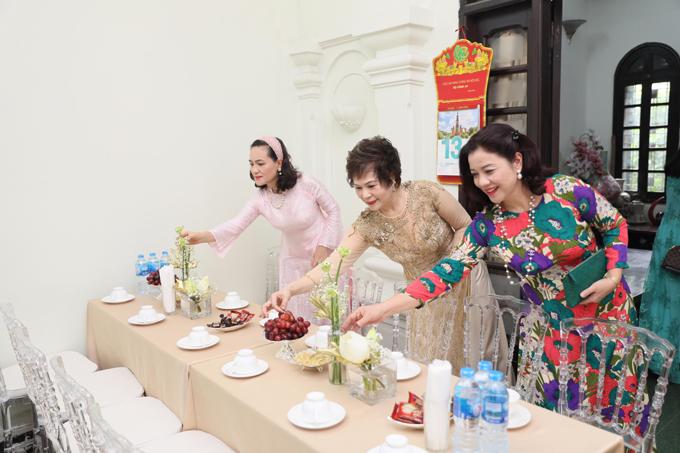 Mẹ ruột Phương Mai (giữa) cùng người thân đều rất mừng khi con gái đã tìm được bờ vai vững chãi ở tuổi 29. Mọi người đều đôn đáo giúp đỡ nữ MC dọn dẹp và trang trí nhà cửa.