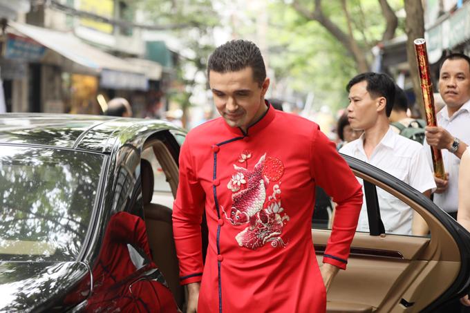 Khoảng 10h, chú rể Marcin cùng bố mẹ xuất hiện trước cửa nhà cô dâu ở khu phố cổ Hà Nội. Anh cũng mặc áo dài đỏ với hình ảnh cá chép giống như vợ. Đây là lần đầu tiên anh diện trang phục truyền thống của người Việt.
