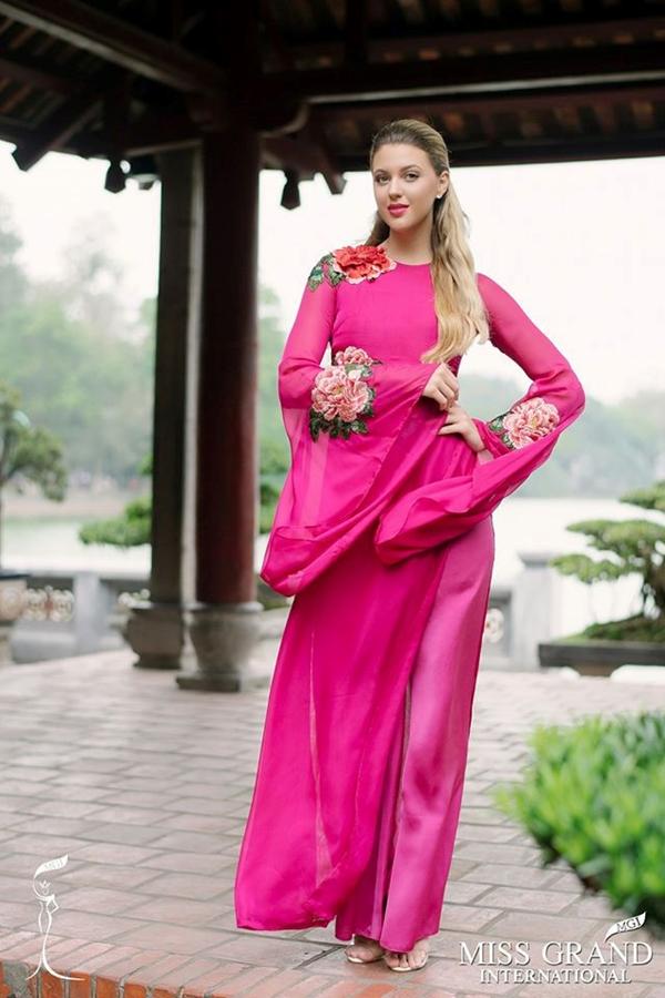 Người đẹp diện áo dài khi đến Việt Nam quảng bá cuôc thi vào năm 2017.