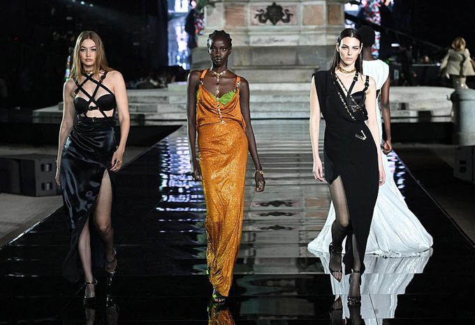 Nàng siêu mẫu thế hệ mới còn trình diễn một thiết kế sexy khác, lạnh lùng catwalk bên hai đồng nghiệp.
