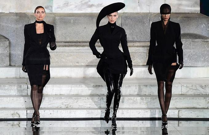 Bella Hadid (giữa) - em gái Gigi - xuất hiện ấn tượng không kém trong set đồ đen cá tính. Cô tự tin sải bước bên hai đàn chị: Irina Shayk (trái) và Joan Smalls.