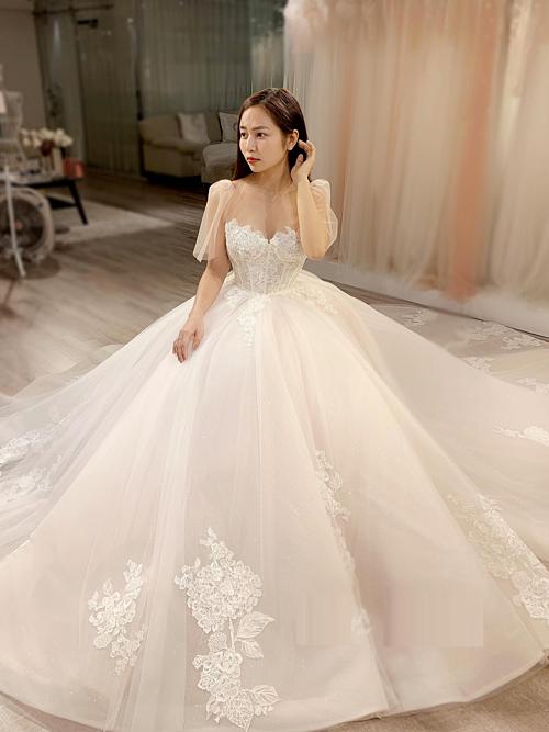 Váy được làm bằng chất liệu ren Pháp và đính hạt pha lê Swarovski.