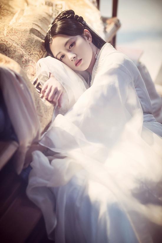 Năm 2017, Cúc Tịnh Y rời nhóm SNH48 để chuyên tâm vào lĩnh vực phim ảnh. Người đẹp nhận vai chính đầu tiên trong bộ phim Vân Tịch truyện và được nhiều người chú ý. Tuy diễn xuất còn hạn chế nhưng mỹ nhân được kỳ vọng sẽ sớm bùng nổ trong tương lai. Thời gian qua, Cúc Tịnh Y cũng gây sốt với màn hóa thân thành Bạch Tố Trinh trong bộ phim Tân bạch nương tử truyền kỳ.