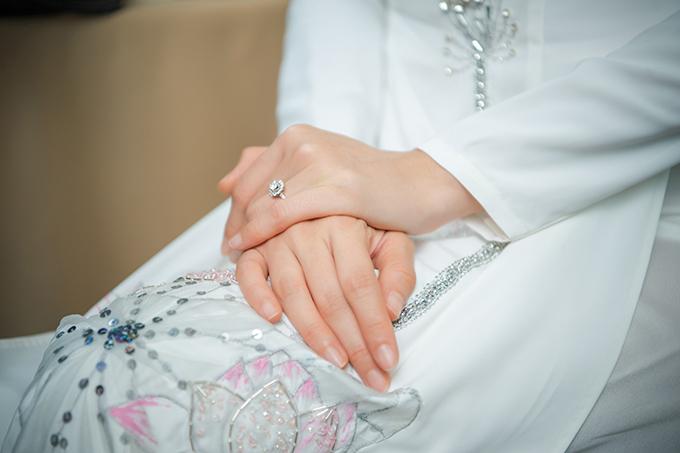 Chi tiết cườm được đính kết ở những đóa sen tạo độ bắt sáng, nổi bật cho thớ vải lụa trắng, giúp tôn nhan sắc yêu kiều, nữ tính của tân nương.