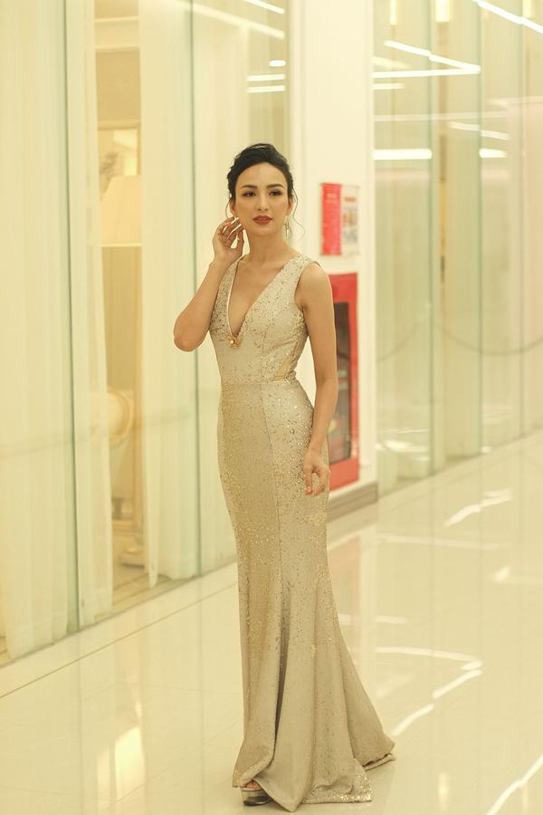 Hoa hậu Ngọc Diễm khoe vẻ gợi cảm với đầm đuôi cá xẻ ngực sâu. Cô đảm nhận vai trò MC cho chương trình.