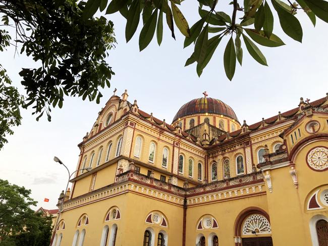 Công trình được giữ gìn và bảo tồn với màu sơn vàng xen với các chi tiết trang trí màu đỏ. Khuôn viên và không gian bên trong thánh đường rộng rãi đủ cho hàng nghìn giáo dân tham gia làm lễ.