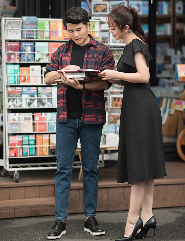 Hai người rẽ vào một hiệu sách tìm mua các ấn phẩm hay. Vũ Mạnh Cường cho biết khi rảnh rỗi anh thích đọc sách.