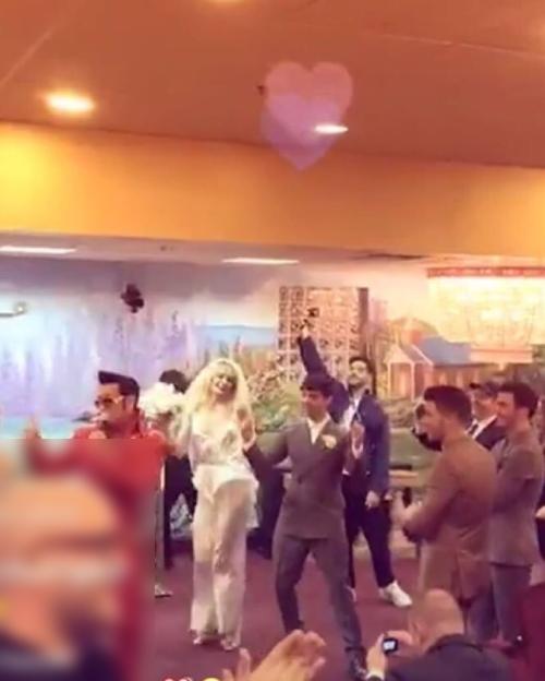 Tối 1/5, nữ diễn viên Game of Thrones Sophie Turner và ca sĩ Joe Jonas đã cử hành hôn lễ một cách chóng vánh tại nhà thờ ở Las Vegas sau khi dự lễ trao giải Billboard Music Awards. Trong đám cưới, nữ diễn viênGame of Thronesđãdiện bộ trang phục phá cách là jumpsuit màu trắng đến từ thương hiệu Bevza thuộc Ukraina và một tấm voan cưới dài.