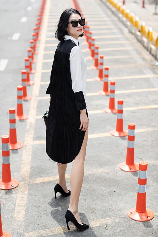 Mẫu váy sơ mi quen thuộc bỗng trở nên mới lạ hơn nhờ cách phối hợp chất liệu vải dập ly cùng cotton trắng. Chi tiết cổ tay cũng được cách điệu và tạo nên sự nhịp nhàng cho tổng thể.