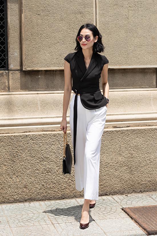 Áo cổ vest kiểu bất đối xứng, quần suông ống ôm cho nàng công sở hiện đại và thích thể hiện sự sành điệu khi đến văn phòng.