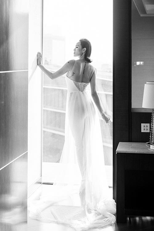 Chất liệu chính của thiết kế này là vải satin Pháp với ren tơ siêu mỏng, thường được sử dụng trong dòng thiết kế cao cấp từ những thương hiệu quốc tế.Mặt sau của jumpsuit cưới có phần cúc cài và khoảng hở rộng ở lưng giúp cô dâu khoe khéo sự gợi cảm.