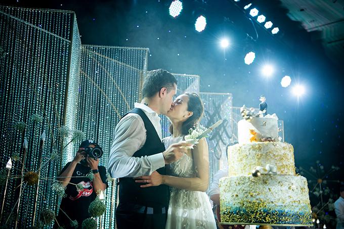 Bánh cưới của uyên ương mang sắc trắng, vàng đồng và xanh cổ vịt. Phía trên cùng của bánh là hình ảnh chú rể kéo chân cô dâu dù cô đang cố chạy thoát. Phía bên dưới là tượng 7 chú mèo cưng mà uyên ương đang nuôi dưỡng. Trong đám cưới, uyên ương tiếp đón khoảng 280 khách mời là người thân, bạn bè.