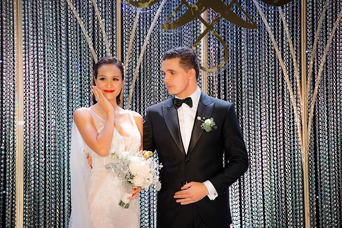 Tối 15/6, Phương Mai và hôn phu người Ba Lan đã về chung một nhà tại Hà Nội. Vì yêu thích sự hiện đại nên cô dâu đã chọn bảng màu chủ đạo cho đám cưới là đen, vàng đồng và trắng.