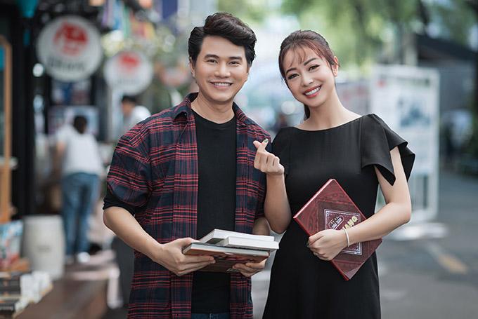 Người đẹp vui vẻ bắn tim, chụp ảnh cùng chàng MC quê Tây Ninh.