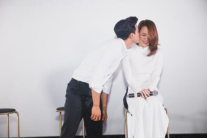 Mỹ Tâm và Mai Tài Phến diễn lại nhiều cảnh trong MV trước sự chứng kiến của khán giả. Nam diễn viên còn không ngần ngại diễn lại cảnh hôn nữ ca sĩ.
