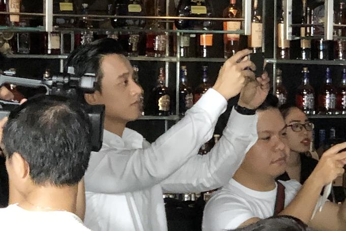 Mai Tài Phến cũng có mặt tại buổi họp báo này nhưng lặng lẽ đứng ở phía sau chăm chú quan sát nữ ca sĩ hay âm thầm dùng điện thoại ghi lại khoảng khắc người tình màn ảnh được tặng bánh kem mừng sinh nhật.