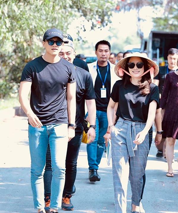 Trang phục đơn sắc, năng động như áo thun, quần jeans là sự lựa chọn hàng đầu của cả hai trong hoạt động thường ngày.