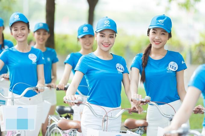 Các cô gái cũng có hoạt động đạp xe, kêu gọi ý thức bảo vệ môi trường của người dân TP HCM.