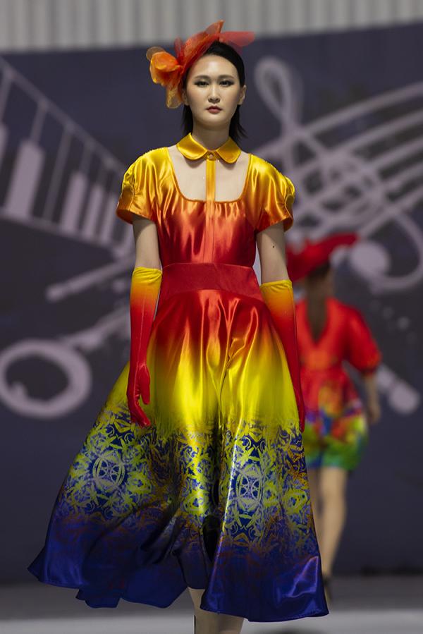 Nhà thiết kế giới thiệu bộ sưu tập Giấc mơ hoa trên đất Hàn. Đây là những thiết kế mới nhất được Đỗ Trịnh Hoài Nam thực hiện để ra mắt tại chương trình.