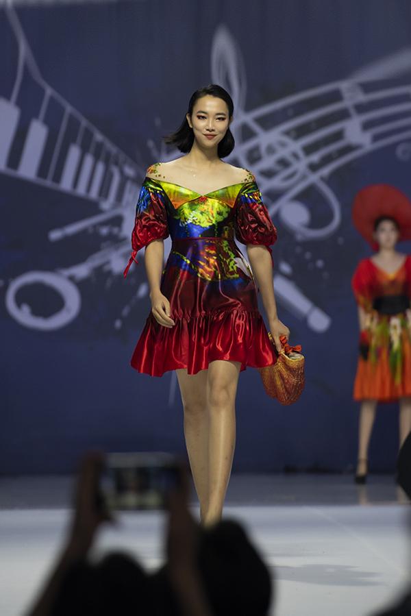 Thùy Tiên, Người đẹp nhân ái của Hoa hậu Việt Nam 2016, từ Việt Nam bay sang Hàn Quốc làm người mẫu trong chương trình.
