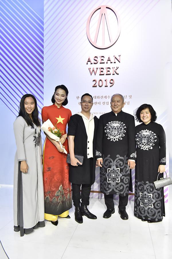 Đỗ Trịnh Hoài Nam (giữa) là nhà thiết kế mở màn choAsean week 2019 diễn ra tại Hàn Quốc cuối tuần qua.Chương trình nằm khuôn khổ các hoạt động kỷ niệm 30 năm quan hệ ASEAN - Hàn Quốc. Tham gia chương trình này cùng Đỗ Trịnh Hoài Nam còn có các nhà thiết kế đến từ 10 quốc gia trong khu vực.